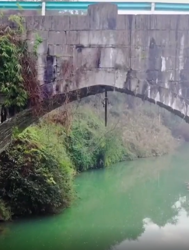 道教文化:贵州某地桥下悬的斩龙剑